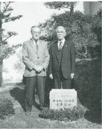 カールマン・ソテール章受章記念碑の前にて